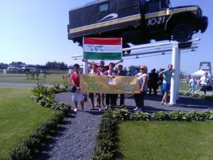 Kis csoport fotó saját zászlónkkal