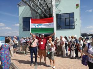 Csoport kép a zászlónkkal