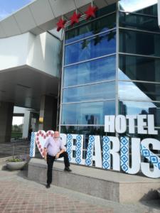 A Belarus hotel előtt